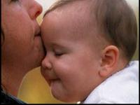 4 Ciuman dan 5 Sentuhan Kepada Anak yang Perlu Orangtua Lakukan