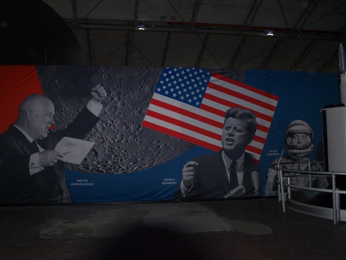 Wystawę zdobią w tle ogromne, widowiskowe obrazy przestrzeni kosmicznej lub o podłożu historycznym | Fot: polskiastrobloger.pl