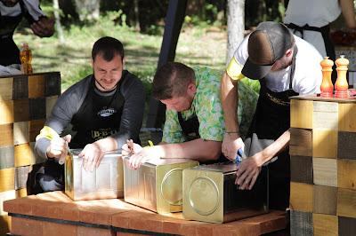 Participantes criam churrasqueira com latas - Crédito: Gabriel Gabe/SBT