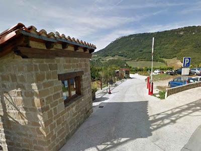 """El Nacedero del Urederra como llegar, hasta Baquedano, es una de las mayores consultas que las personas que desean venir a descubrir, """"La Ruta de las Cascadas del Urederra"""" nos  demandan.  Las Cascadas Azules de Baquedano, están ubicadas en el Valle de Améscoa Baja, en  la Comarca Urbasa Estella, en Navarra.  Baqueano es un pueblo de 154 habitantes, situado a 4 km. de la capital de Améscoa, Zudaire, población que dispone de servicios para atender a los resientes y visitantes.  El lugar de inicio de la Ruta de  las Cascadas Azules, está a 15 km. de la Ciudad Medieval de Estella Lizarra, que es la capital de la comarca"""