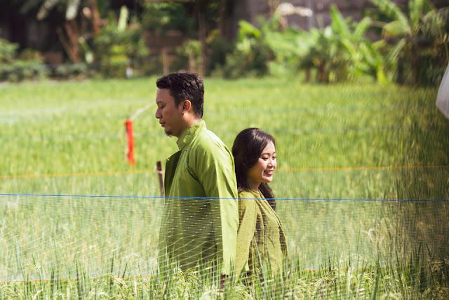 prewedding tradisional dengan pakaian tradisional jawa pedesaan