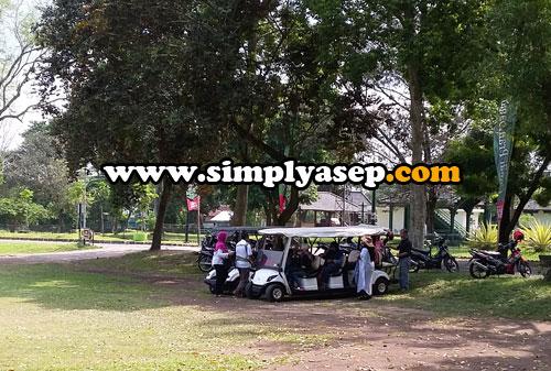 MOBIL GOLF  :  Sekelompok wisaawan terlihat sedang bersiap berkeliling kawasan Candi Prambanan dengan naik mobil Golf.  Anda mau?.  Foto Asep Haryono