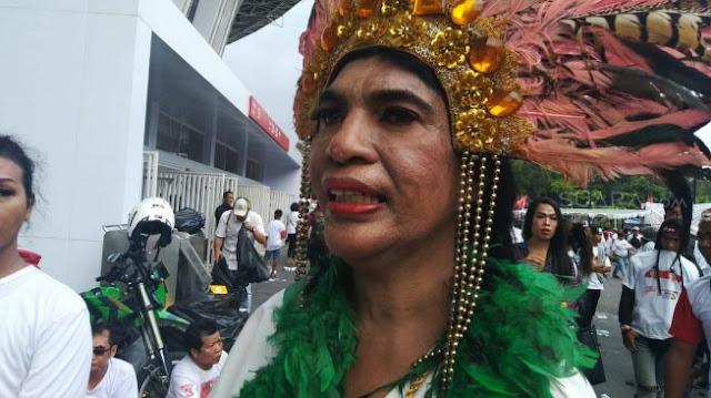 Waria Mendukung Jokowi - Maruf Amin, Pakai Bulu-bulu Ikut Kampanye di GBK