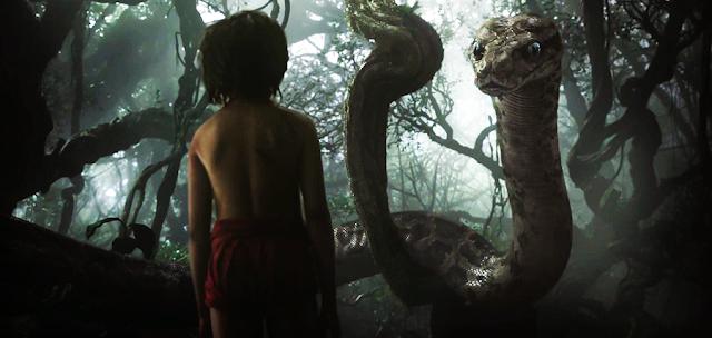 Mowgli faţă în faţă cu şarpele Kaa în filmul Cartea Junglei 2016