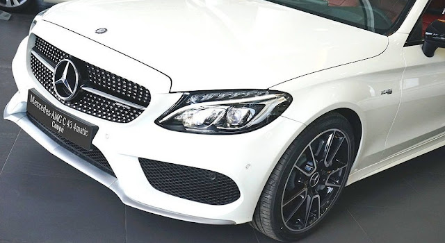 Phần đầu Mercedes AMG C43 4MATIC Coupe 2019 được thiết kế nổi bật với Lưới tản nhiệt lớn 1 nan với họa tiết Kim cương xung quanh