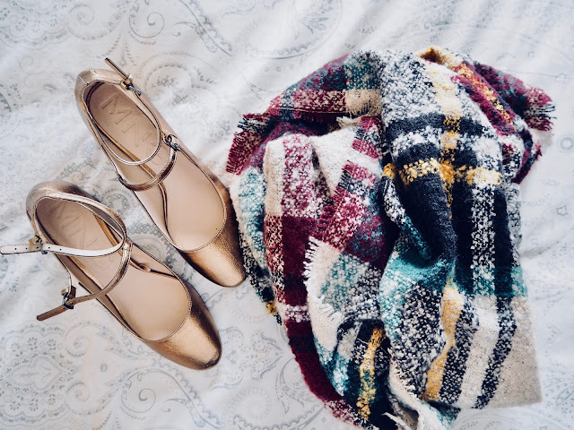 photo-zapatos-mary-jane-dorado-mango-chal-esfera