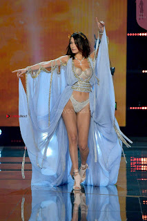 Bella-Hadid-at-2017-Victorias-Secret-Fashion-Show-13+%7E+SexyCelebs.in+Exclusive.jpg