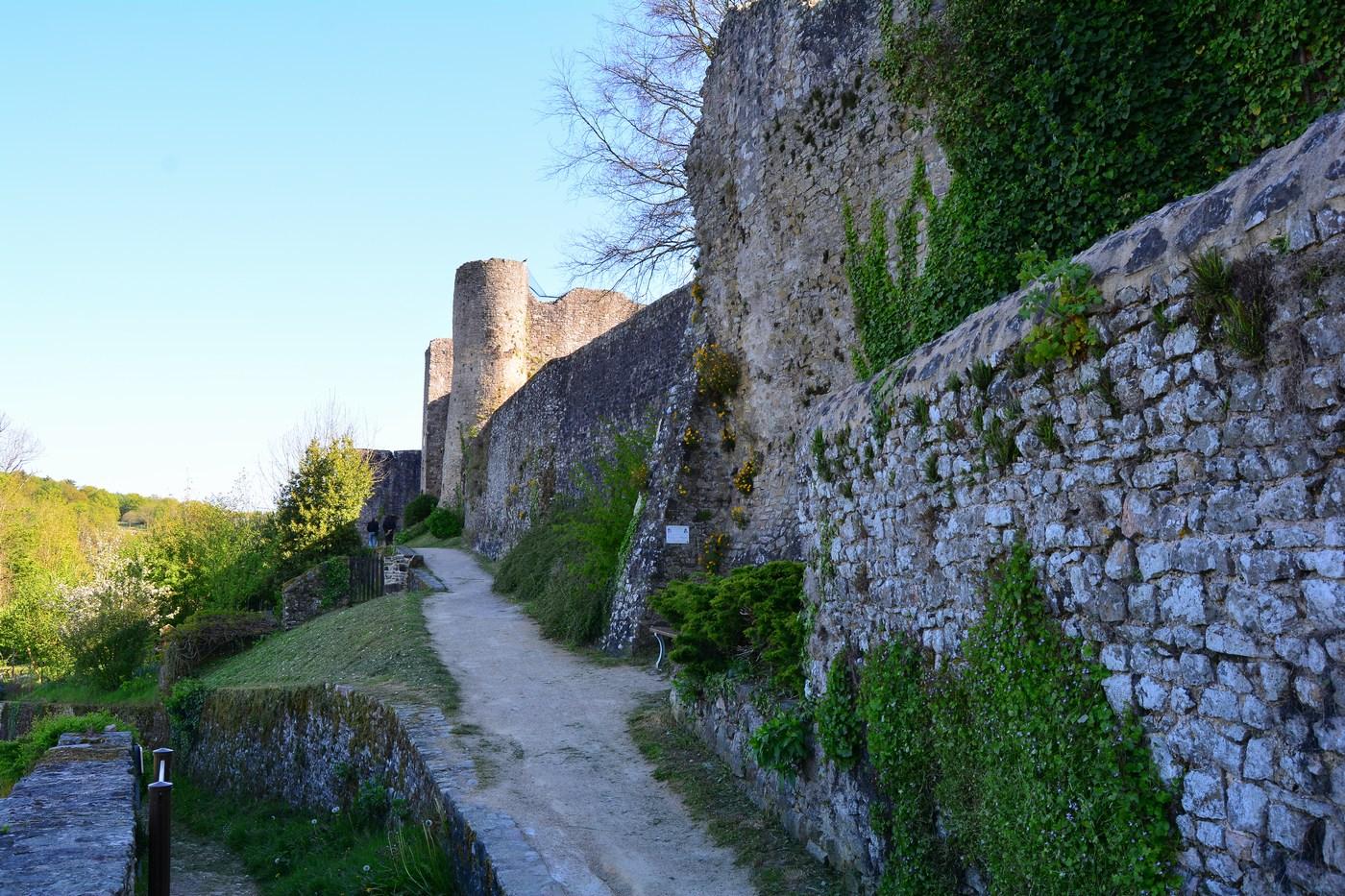 Un petit chemin permet de faire le tour des remparts. Il y avait onze tours au total, entourant un donjon quadrangulaire de trois niveaux. Le nouveau château, lui, fut édifié au XVIIème siècle dans le plus pur style Renaissance, en tuffeau d'Angers.