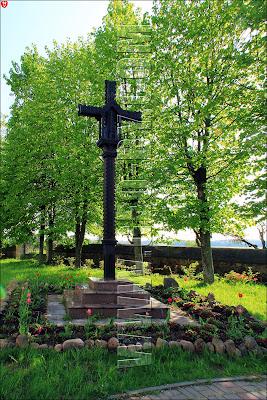 Крест около костела в Деревная