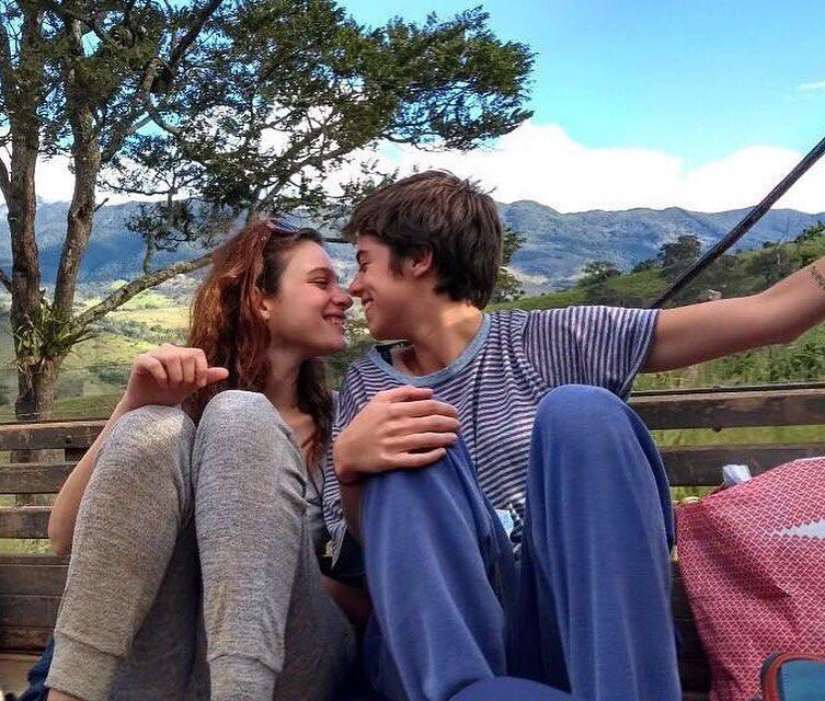 Lara Tremouroux se declara para namorada com beijo durante gravações da Globo