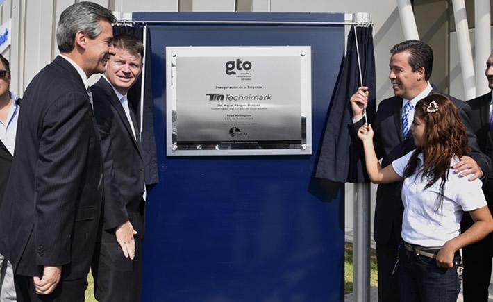 El vicepresidente de Ventas y Mercadotecnia de Technimark, Kris Peavy, y el gobernador de Guanajuato, Miguel Márquez, inauguraron la nueva planta en Silao. (Foto: Gobierno de Guanajuato)