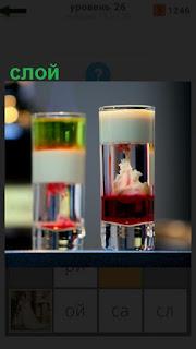 на столе два стакана с жидкостью, где видны слои разных ингредиентов