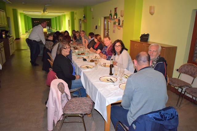 Fotografia da mesa onde jantámos, bem perto da pista de Bowling adaptado