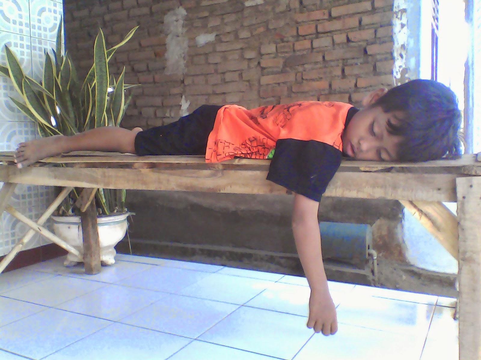 Inilah Foto Bukti Jika Anak Kecil Bisa Tidur Dimana Saja Saat Dia