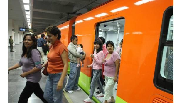Un joven se arrodilla y pide matrimonio a su novia en un vagón del Metro de la CdMx (VIDEO)