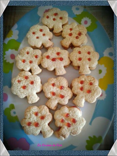 galletas de mantequilla con mermelada de fresa