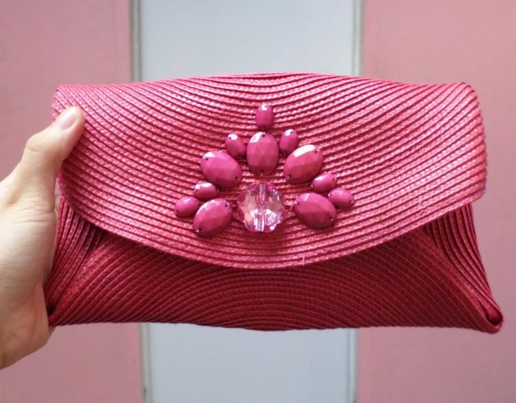 bolso con forma de sobre hecho a partir de un mantel individual