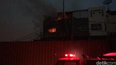 Kabar Berita Terbaru Hari Ini Kebakaran di Jakut, 1 Petugas Dilarikan ke RS Akibat Sesak Napas