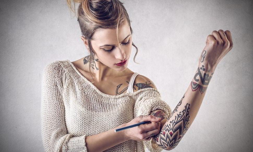 Chica borrando un tatuaje en su piel