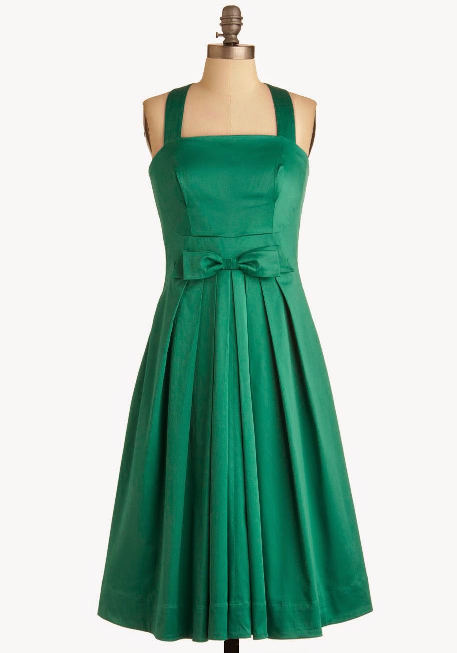 563ed2b4a746e Yeşil elbiseleri siyah ayakkabı-çantayla kombinleyebilirsiniz; beyaz, krem  ve bej de uyar ayrıca. Elbise yeşil zemin üzerine desenliyse ayakkabı ve  çantayı ...