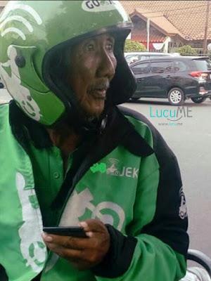 Foto Seorang Kakek Jadi Driver Ojek Online Ini Hebohkan Media Sosial, Bikin Sedih Netizen