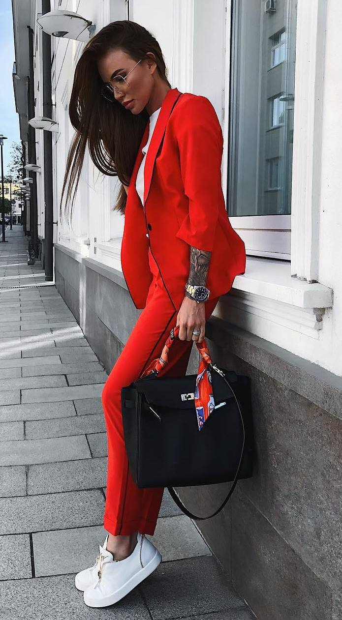 what to wear for work : black bag + red suit + white tee + sneakers