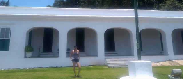 Andressa na frente da fachada da Fortaleza de Santo Amaro da Barra Grande