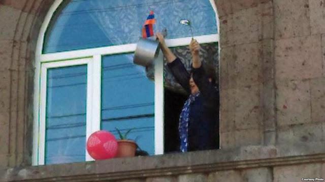 El presidente armenio aceptó la renuncia del gobierno y la gente festeja