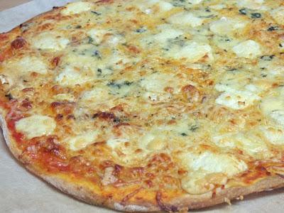 http://www.miscosillasdecocina.com/2015/11/pizza-de-quesos.html