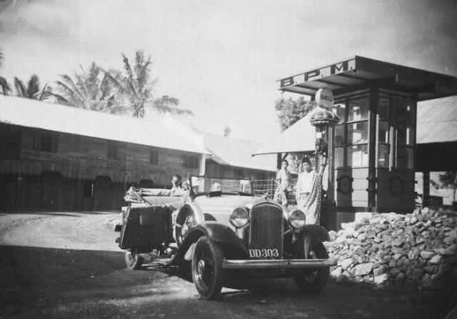Collectie Tropenmuseum: Mobil di sebuah pompa bensin BPM Shell Kalosi (Tahun 1920-1940)