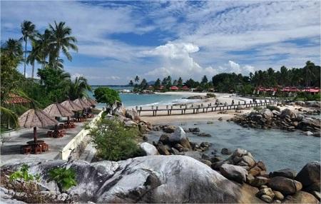 Pantai Parai Tenggiri Bangka Belitung, Keindahan Air Laut dan Batuan Granitnya Menjadi Daya Tarik Tersendiri