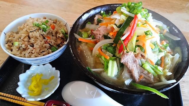 沖縄野菜そば(大)とジューシーの写真
