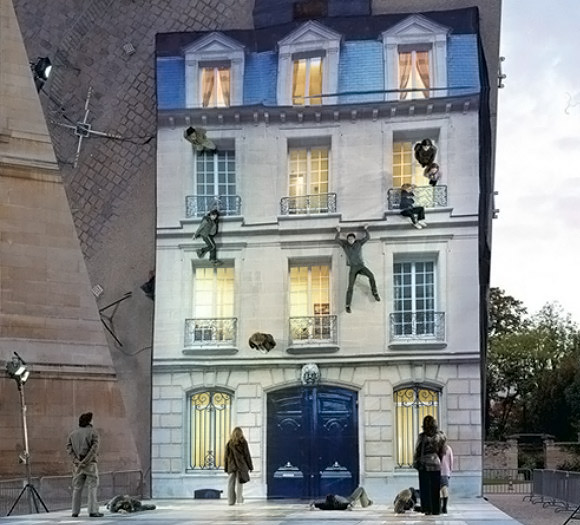 Yere çizilmiş bir ev resmi üzerinde çapraz duran devasa ayna