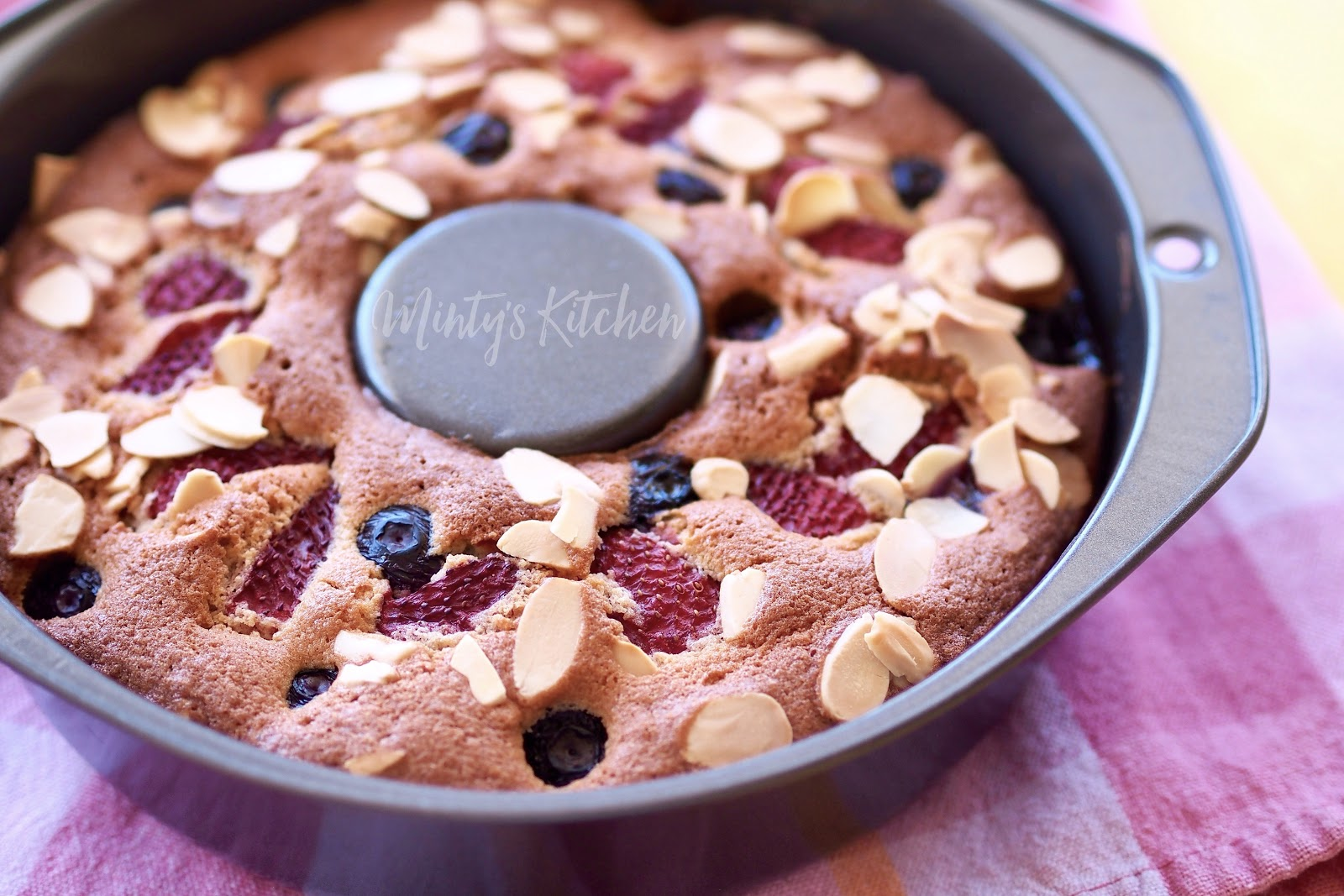 Minty's Kitchen: Easy Berry Butter Cake