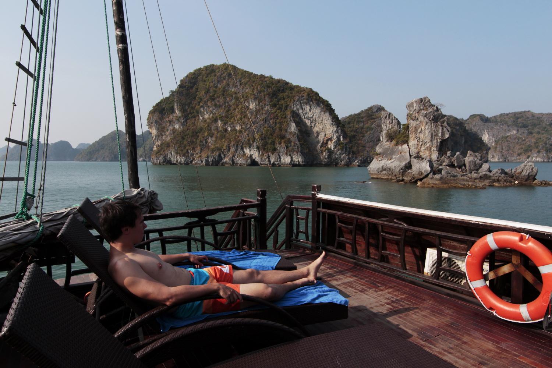 Alberto descansando en una tumbona del barco