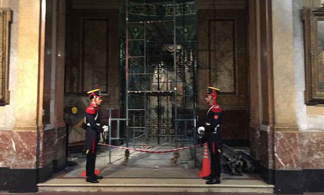 Guards at tomb in Catedral Metropolitana