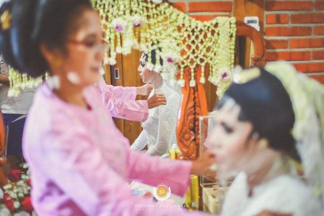 Riasan Khadijah yang hampir selesai, menggunakan busana/kostum kebaya berwarna putih, melambangkan kesucian/kesakralan akad Nikah yang digelar di Ngawi Jawa Timur