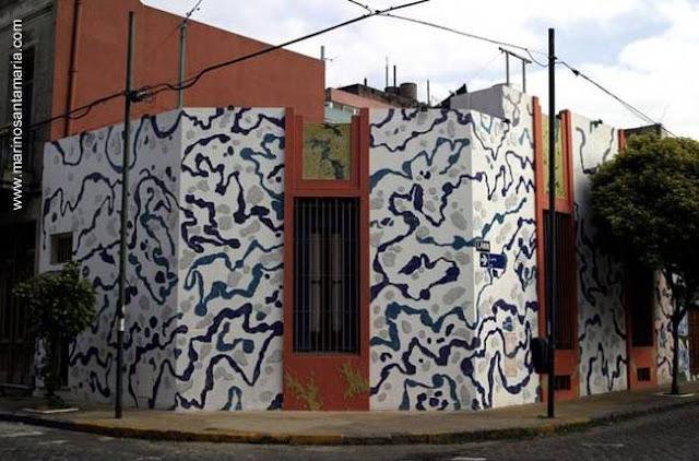 Casa del Pasaje Lanín con la fachada intervenida por un artista