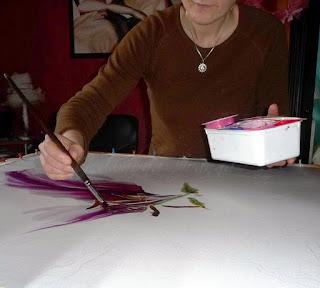 ja w trakcie pracy, malowanie lili różowej na jedwabiu