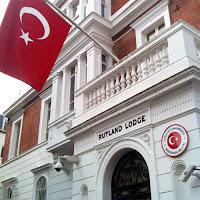 Balkonuna Türk Bayrağı asılmış Türkiye Cumhuriyeti Londra Başkonsolosluğu