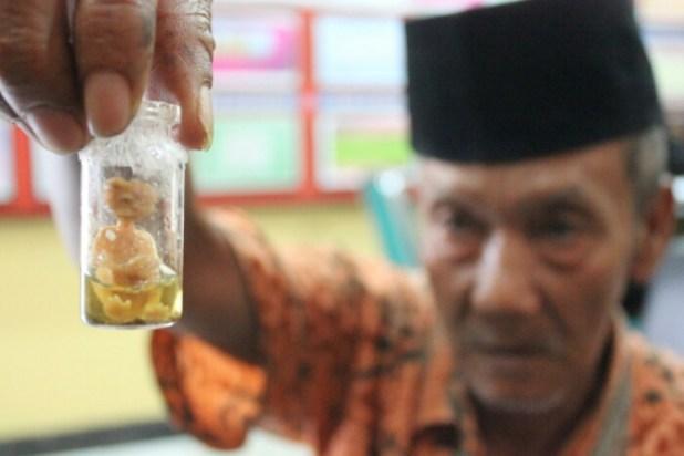 Abdullah, menangkap benda yang diduga Tuyul dan memasukkan ke Botol