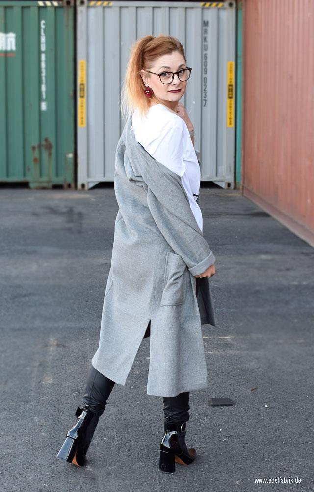 gefilzter, grauer Mantel von H&M, schwarze Lackleder Stiefel
