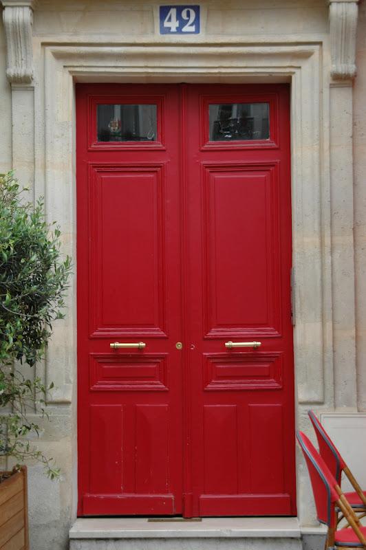 Paris And Beyond Les Couleurs De Paris Le Rouge