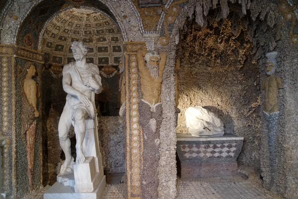 loire forez batie urfé château Saint-Étienne-le-Molard grotte rocailles