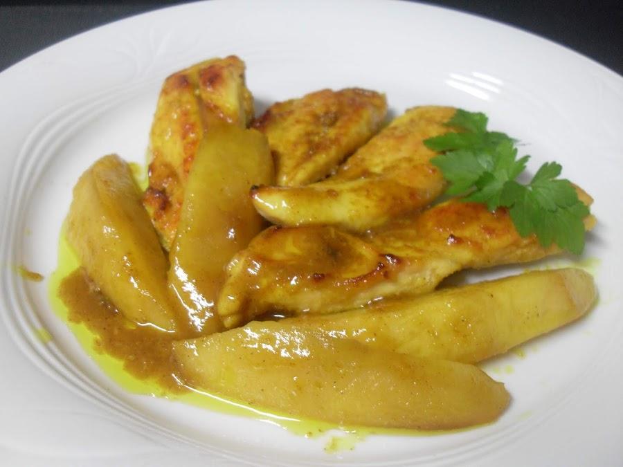 Pechuga de pollo asada a la miel con mango asado y curry