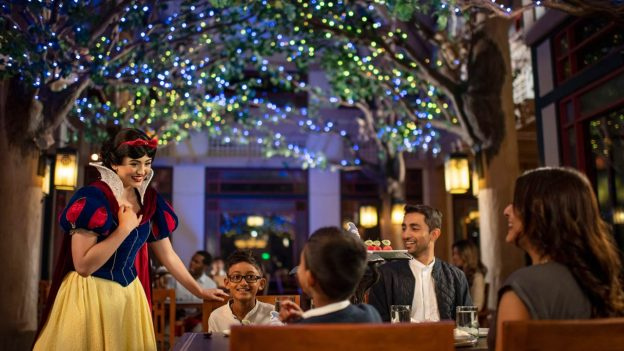 Branca de Neve no Storybook Dining