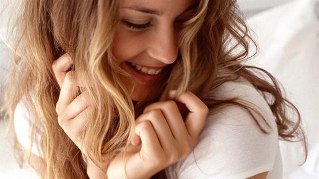 اللمس او اللعب بشعرها - لغة الجسد --تلمس رقبتها