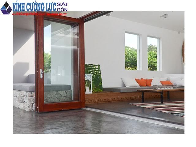 Cửa kính cường lực khung gỗ đẹp cho nhà thêm sang trọng