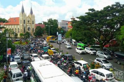 Malang Now : Macet, Sumpek, Panas, Akibat Kurang Transportasi Publik yang murah & memadai + kredit kendaraan bermotor sangat terjangkau (pasangmata.detik.com)