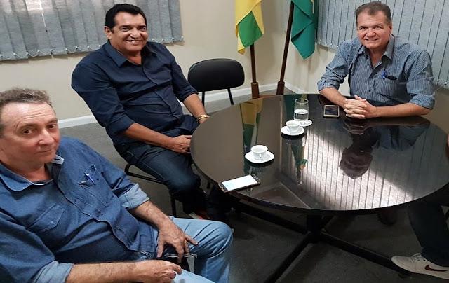 Da esquerda para a direita - Dr. Valberto, Prefeito Aírton e o eng. Adailton.